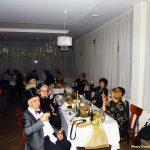 Goście siedzący przy stołach naSylwestrze