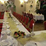 zastawione stoły naprzyjecie weselne