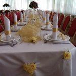 Udekorowany stół weselny - złote akcenty iherbaciane roże