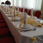 Zastawiony stół weselny