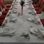 pięknie zastawiony stół naimprezie komunijnej